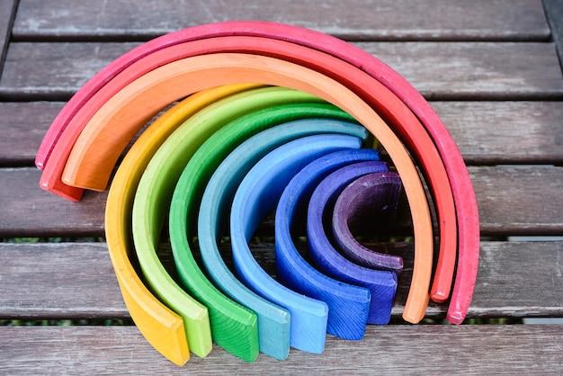 Houten regenboogspeelgoed met veel kleuren voor kinderen die leren