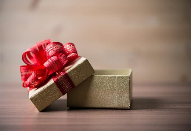 Houten rode cadeau close-up boven