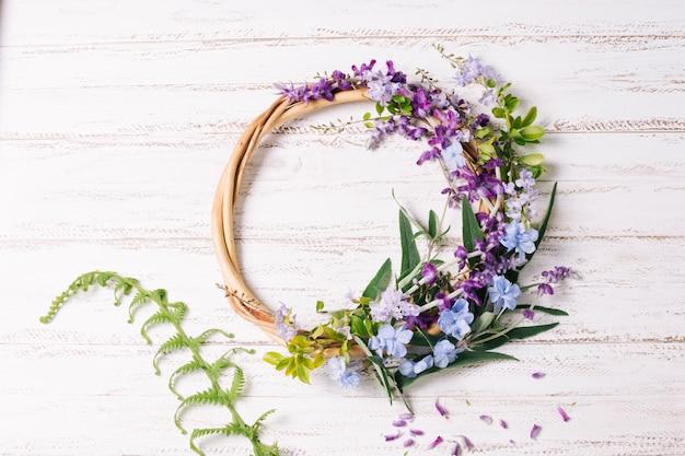 Houten rond met bloemen en bladeren