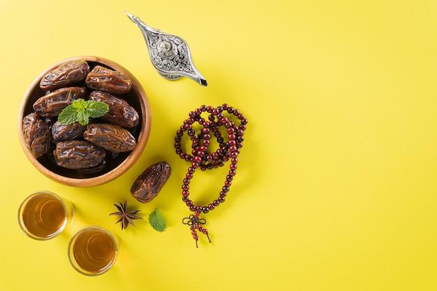 Houten rozenkrans en datum fruit voor ramadan muur