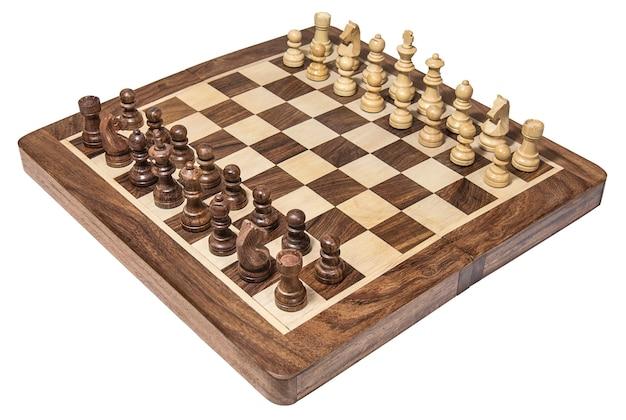Houten schaakbord met witte en donkere schaakstukken