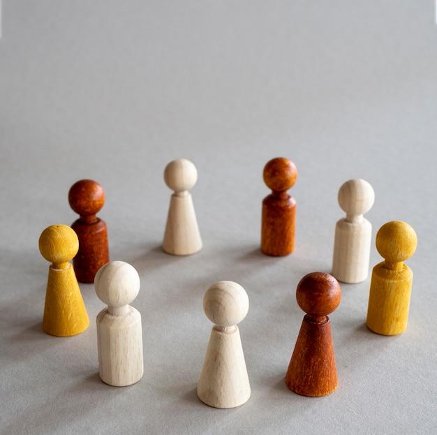 Houten schaakstukken gerangschikt in cirkel