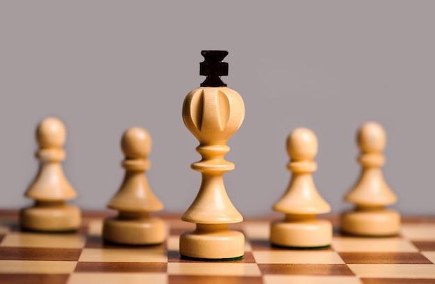 Houten schaakstukken spelen