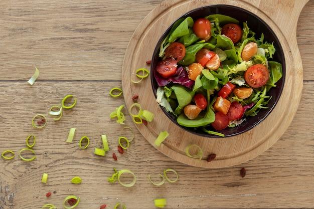 Houten schaal met salade