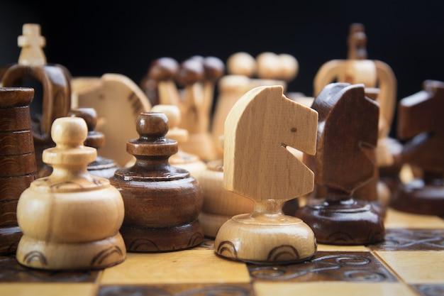 Houten schaken, er staan schaakstukken op het bord
