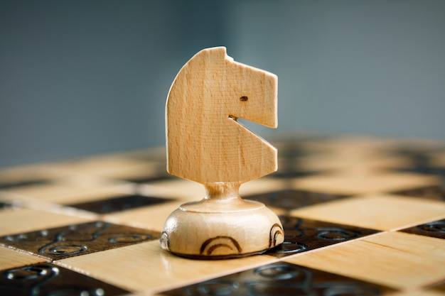 Houten schaken, wit paard op een schaakbord