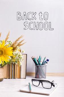 Houten schoolbordframe en vaasboeket op lijst