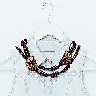 Houten sieraden en denim kleding. mode combinatie. landelijke stijl