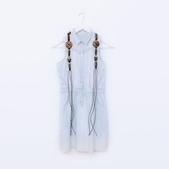 Houten sieraden en denim kleding. mode combinatie