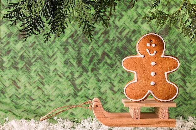 Houten slee met peperkoekman. kerst concept