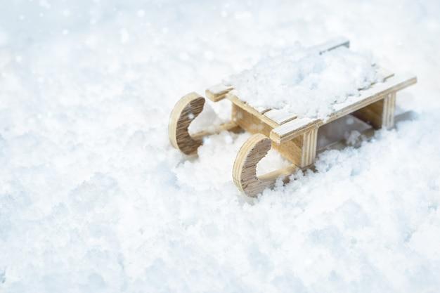Houten slee op vage sneeuw met lichte, selectieve nadruk