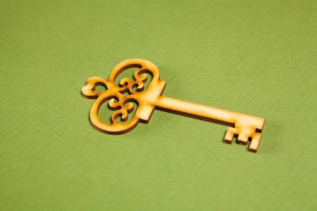 Houten sleutels op een groene achtergrond