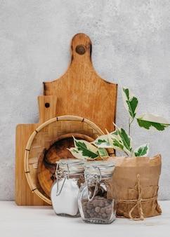 Houten snijplank met peper en zout