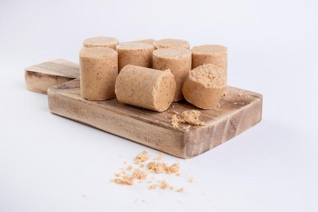 Houten snijplank met snoep gemaakt van pinda's, in brazilië bekend als paã§oca.