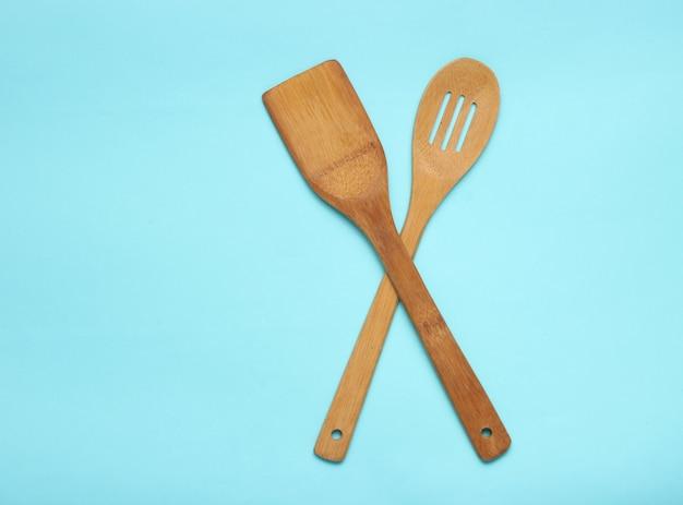 Houten spatel voor het koken op blauwe tafel. keukenconcept, minimalisme