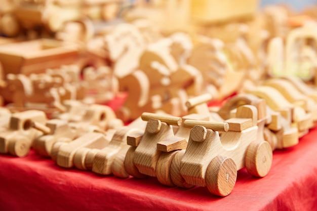 Houten speelgoed close-up staan in de winkel op de tafel