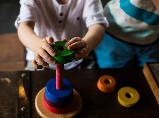 Houten speelgoed en kind spelen