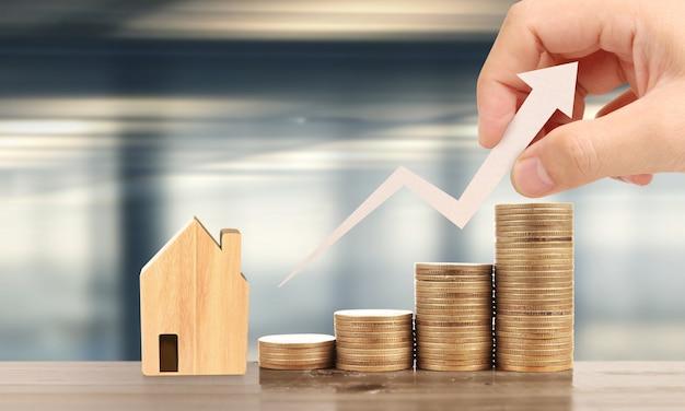 Houten speelgoed huis hypotheek eigendom thuis concept.