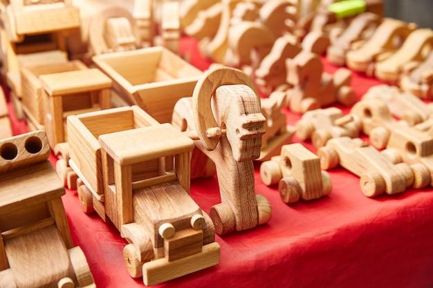 Houten speelgoed op een tafel in een winkel. paardenwagen van hout.