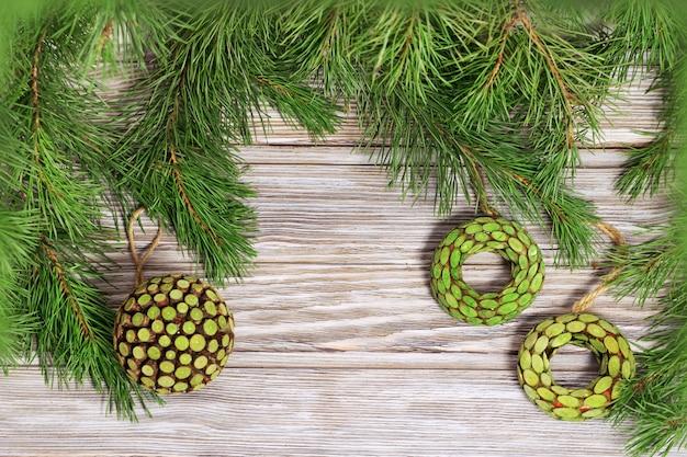 Houten speelgoed overhandigen op takken van de kerstboom