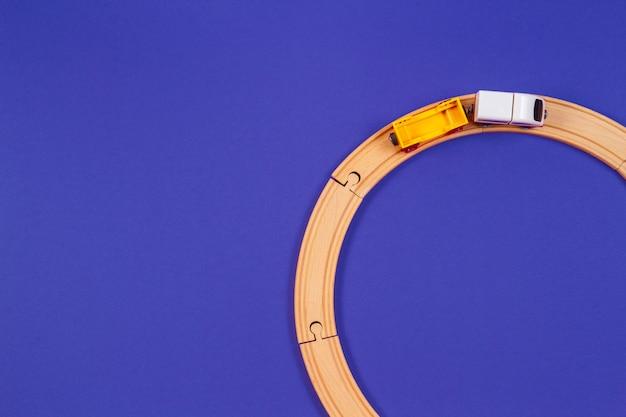 Houten speelgoed trein en houten rails op blauwe kleur achtergrond. bovenaanzicht