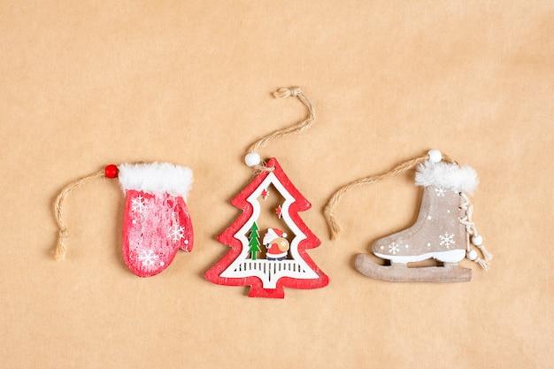 Houten speelgoed voor kerstmis of nieuwjaardecoratie op achtergrond van ambachtdocument