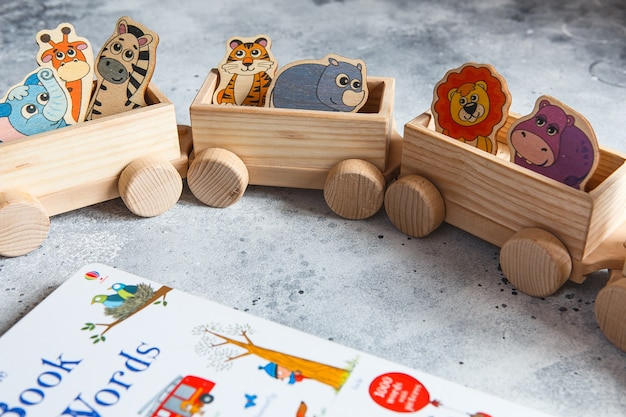 Houten speelgoed voor kinderen. kinderen houten goederentrein met wagons.