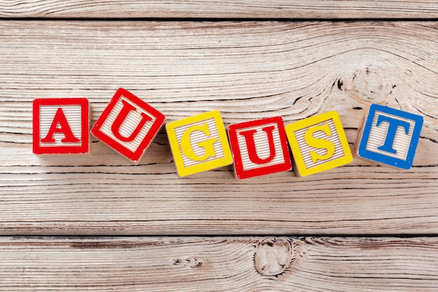 Houten speelgoedblokken met augustus woord