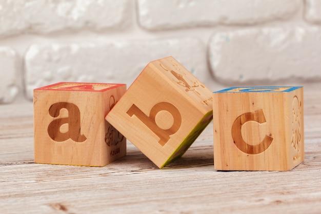 Houten speelgoedblokken met de tekst, abc