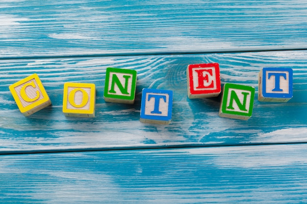 Houten speelgoedblokken met de tekst: inhoud