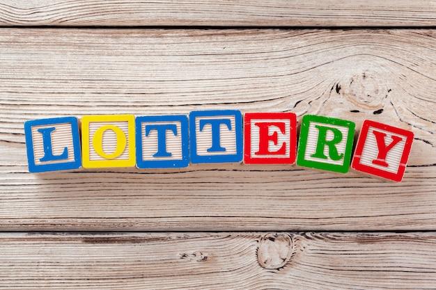 Houten speelgoedblokken met de tekst: loterij