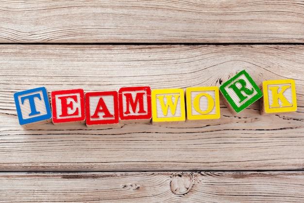 Houten speelgoedblokken met teamwork-woord