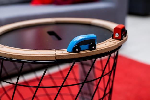 Houten speelgoedtreinen rijden over het spoor naar elkaar toe