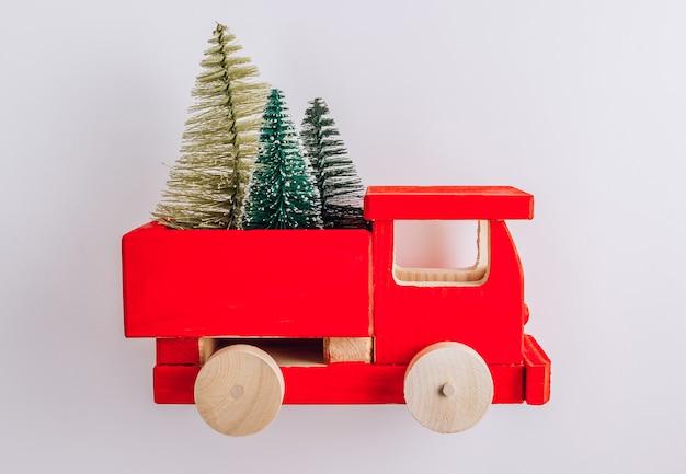 Houten speelgoedwagen met kerstversiering