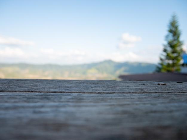 Houten spot omhoog gezien de aardberg van het landschapslandschap en blauwe hemel