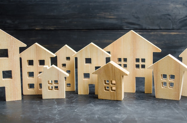 Houten stad en huizen. concept van stijgende prijzen voor huisvesting of huur.