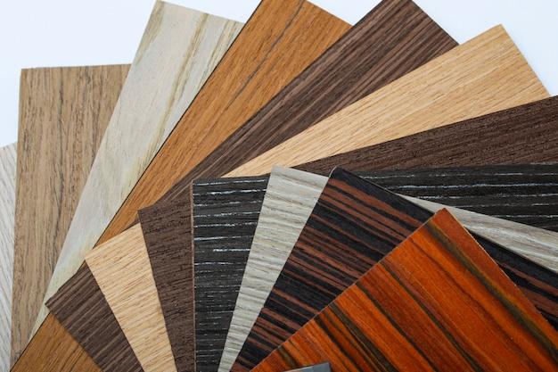 Houten stalen voor interieurdecoratie, interieurs. veel subtiele patronen voor vloeren, muren. close-up van kleurenschaal van stukken hout voor monster
