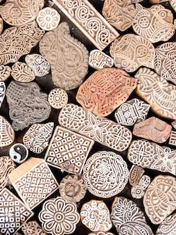 Houten stempels drukblokken met de hand gesneden door ambachtslieden op de straatmarkt in jaisalmer india