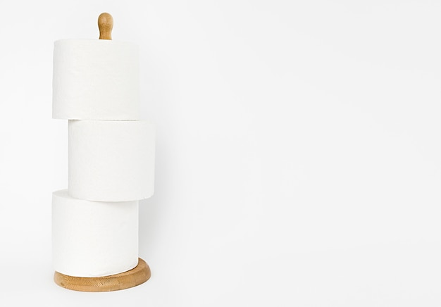 Houten steun met wc-papierrollen