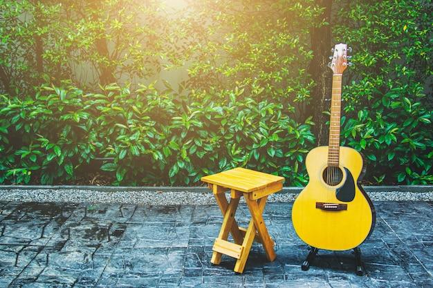 Houten stoel en akoestische gitaar op terras