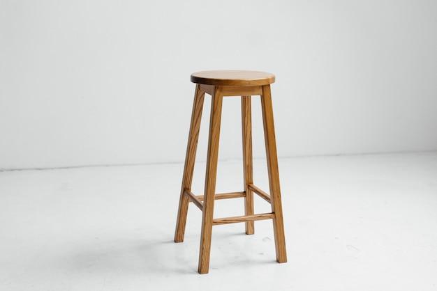 Houten stoel in een witte lege ruimte
