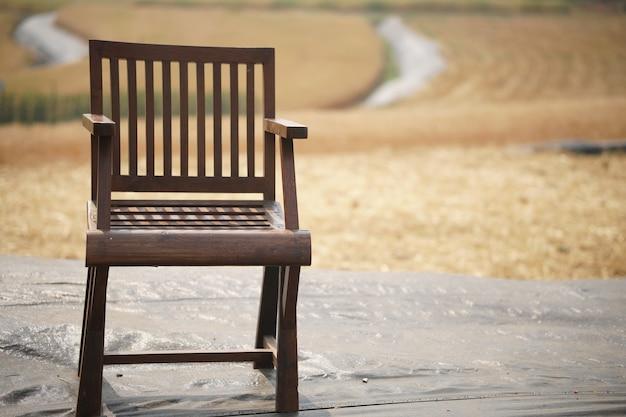 Houten stoel op balkonterras om uit te rusten