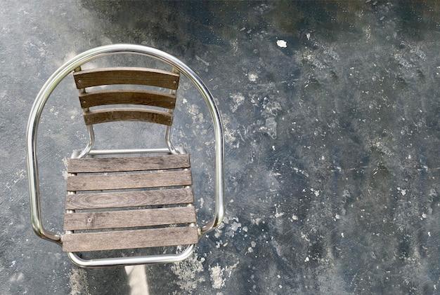 Houten stoel op donkere vloer