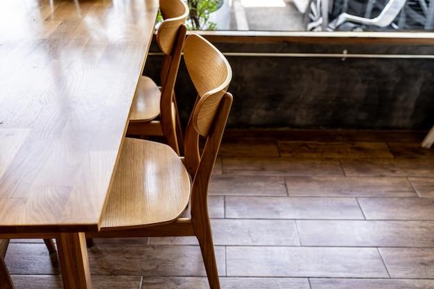 Houten stoelen en aanrechten in het café