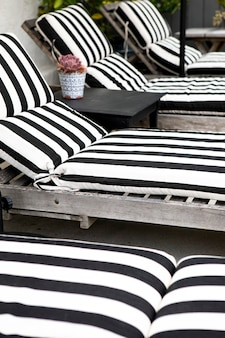 Houten stoelen met zwart-wit gestreepte kussens Premium Foto