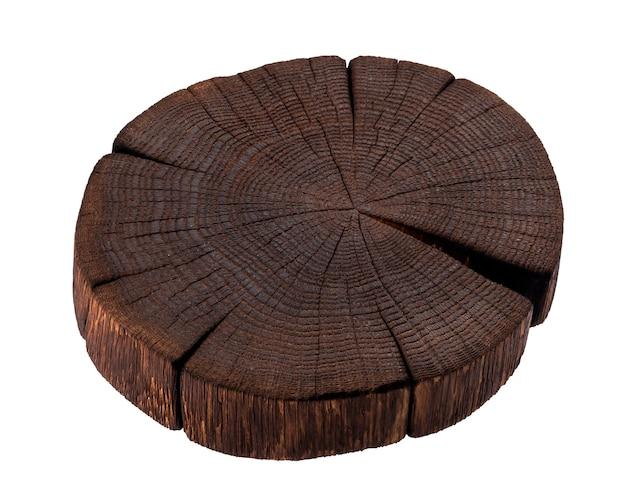 Houten stomp die op witte achtergrond wordt geïsoleerd. donkere houten snijplank
