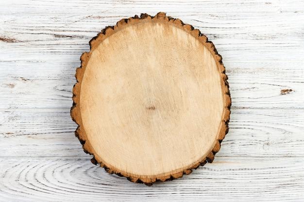 Houten stomp op een rustieke houten achtergrond