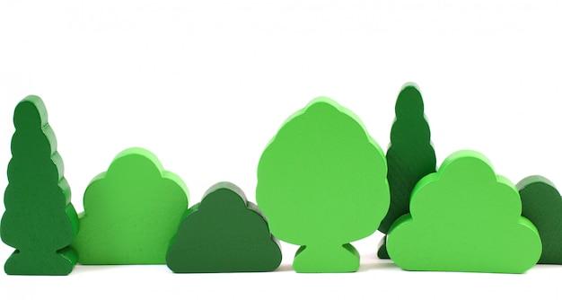 Houten stuk speelgoed bomen die op witte achtergrond worden geïsoleerd