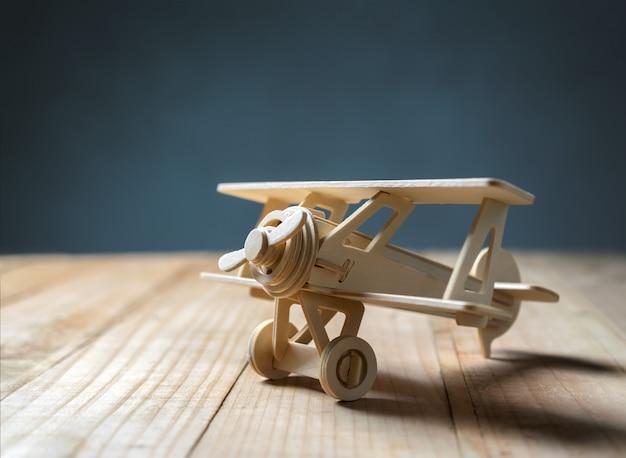 Houten stuk speelgoed vliegtuig op houten lijstmening van hierboven.