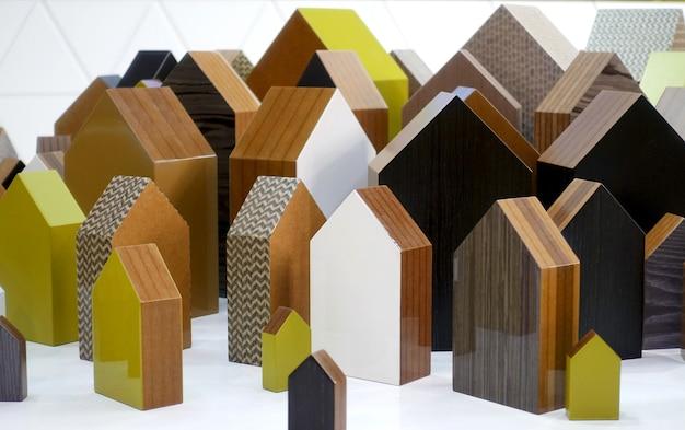 Houten symbolen van huizen van verschillende texturen en maten
